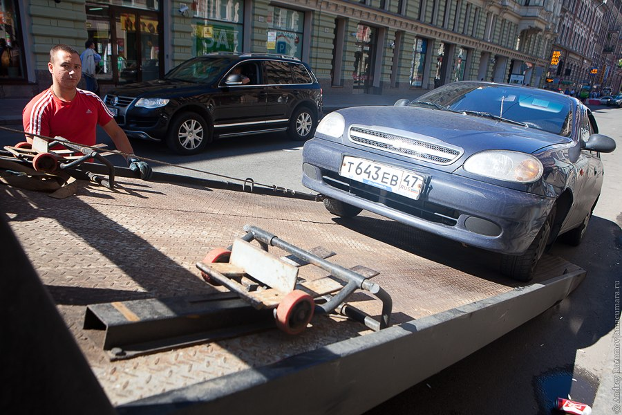 разгрузка автомобиля под знаком